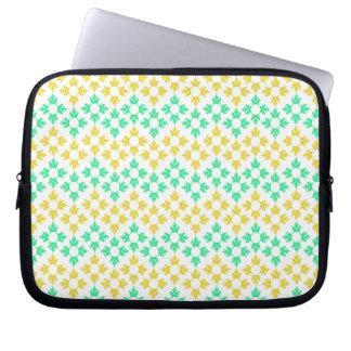 Gelbe und aquamarine Schneeflocken Laptopschutzhülle