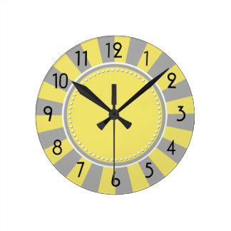 Gelbe und graue Sternexplosion Stripes Uhr