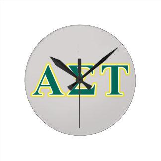 Gelbe und grüne Buchstaben AlphasigmaTau Runde Wanduhr