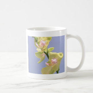 Gelbe und rosa Orchideen auf Lavendel Tasse