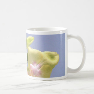 Gelbe und rosa Orchideen auf Lavendel Tee Tasse