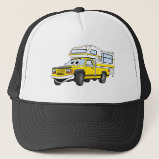 Gelber Cartoon heben Camper auf Truckerkappe