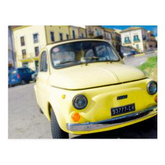Gelber Fiat 500, Vintages Cinquecento in Italien Postkarte