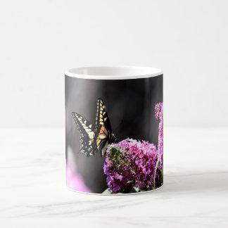 Gelber Frack-Schmetterling auf rosa Kaffeetasse