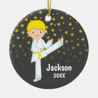 Gelber Gurt-blonder Junge Taekwondos Keramik Ornament