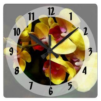 Gelber Orchideen-Schatten und Licht Quadratische Wanduhr