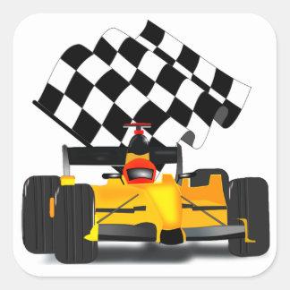 Gelber Rennwagen mit Zielflagge Quadratischer Aufkleber