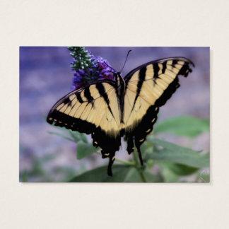 Gelber Schmetterling auf einer lila Blume Visitenkarte