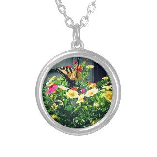 Gelber Schmetterling mit Blumen-Foto Versilberte Kette