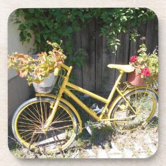 Gelbes Blumen-Fahrrad auf der Straße Getränkeuntersetzer