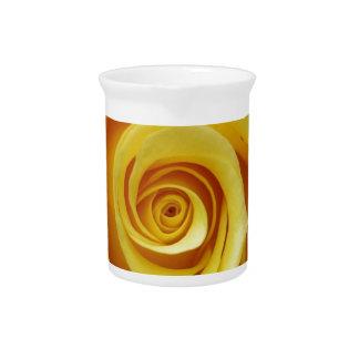 Gelbes Blumen Getränke Pitcher
