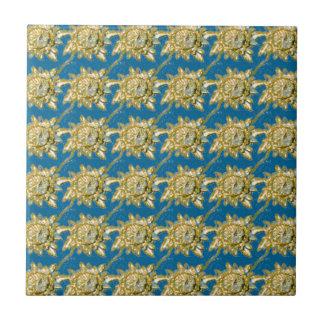 Gelbes Blumenmuster auf grün-blauem Hintergrund Fliese