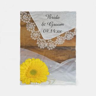 Gelbes Gänseblümchen und Spitze-Land-Hochzeit Fleecedecke