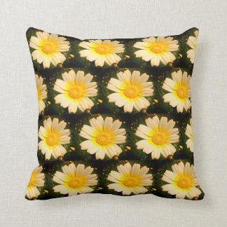 Gelbes Gänseblümchenmuster Kissen