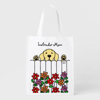 Gelbes Labrador, das Sie aufpasst Einkaufstasche