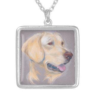 Gelbes Labrador retriever-Porträt Versilberte Kette