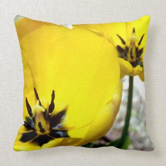 Gelbes Tulpe-Wurfs-Kissen Kissen