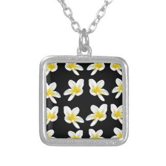 Gelbes und schwarzes Frangipani-Muster, Versilberte Kette