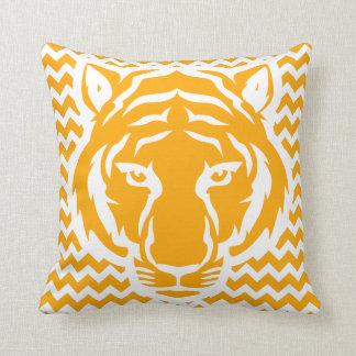Gelbes und weißes Chevronwith Tiger-Gesicht Kissen