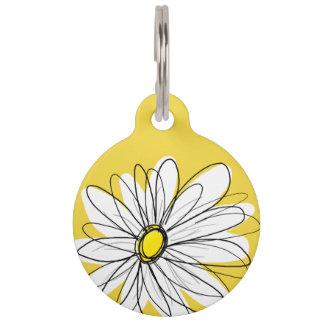 Gelbes und weißes wunderliches Gänseblümchen mit Haustiermarke