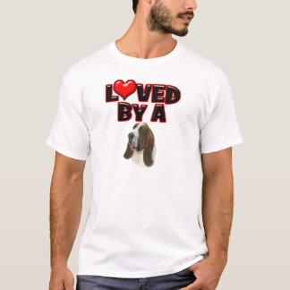 Geliebt durch einen Basset-Jagdhund T-Shirt