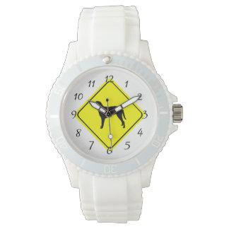 Gelockte überzogene armbanduhr