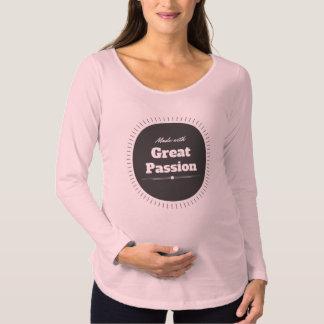Gemacht mit großer Leidenschaft Schwangerschafts T-Shirt