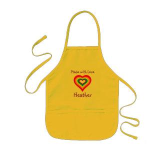 Gemacht mit Liebe-Regenbogen-Herzen personalisiert Kinderschürze