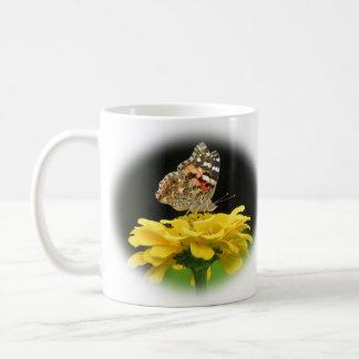 Gemalte Dame - Schmetterling auf Zinnia Kaffeetasse