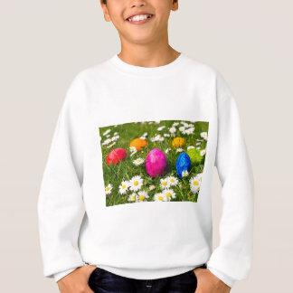 Gemalte Ostereier im Gras mit Gänseblümchen Sweatshirt