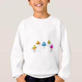 Gemalte Ostereier stehend in den Sweatshirt