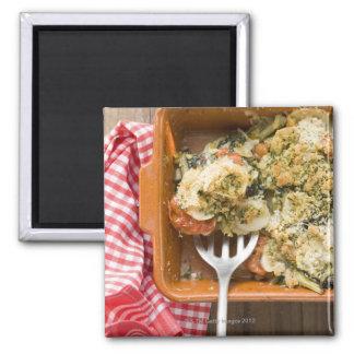 Gemüse backt mit Kartoffeln, Tomaten, Porrees Quadratischer Magnet