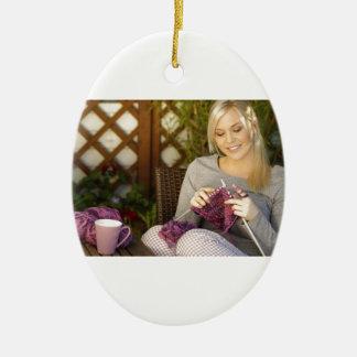 Genießen des Tees und Stricken Keramik Ornament