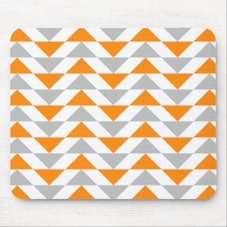 Geometrische Dreieck-orange graues Weiß-Muster Mousepad