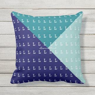 geometrische Dreiecke u. Initialenmuster, blau Kissen