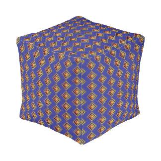 Geometrisches blaues Muster und goldener Puff Kubus Sitzpuff