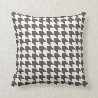 Geometrisches Pfeil-Muster-Holzkohlen-Grau und Kissen