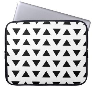 Geometrisches Schwarzweiss-Muster der Dreiecke Laptop Schutzhülle