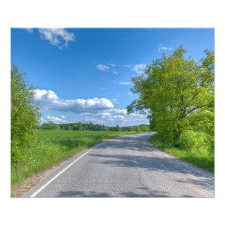 Gepflasterte Straße auf einer Landseite Photographien