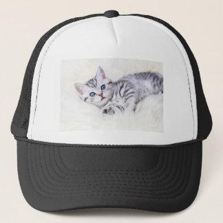 Gepunktete Katze des jungen silbernen Tabby, die Truckerkappe