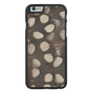 Gepunktete Mearns Wachtel-Federn Carved® iPhone 6 Hülle Ahorn