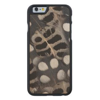 Gepunktete Schwarzweiss-Federn Carved® iPhone 6 Hülle Ahorn