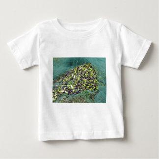 Gerade ausgewählte Oliven auf dem Netz während der Baby T-shirt
