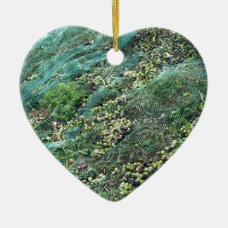 Gerade ausgewählte Oliven auf dem Netz während der Keramik Ornament