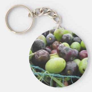 Gerade ausgewählte Oliven auf dem Netz während der Schlüsselanhänger
