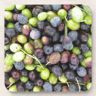 Gerade ausgewählter Olivenhintergrund während der Getränkeuntersetzer