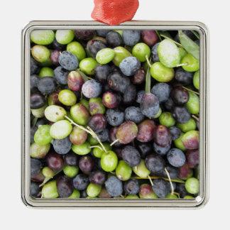 Gerade ausgewählter Olivenhintergrund während der Silbernes Ornament
