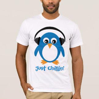 Gerade Chillin Pinguin mit Kopfhörern T-Shirt