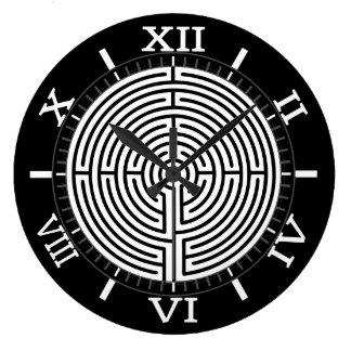 Gerade ein Skala-Labyrinth auf schwarzer Skala Große Wanduhr