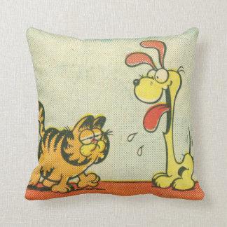 Gerade gehend durch Garfield u Odie Zierkissen